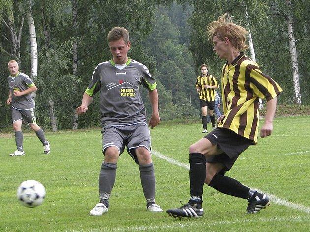 Holubovští na domácím turnaji obsadili až poslední příčku, když nejprve nepřekonali obranu rakouského Sandlu (vpravo Tomáš Bohatý) a v boji o bronz pak padli se Zlatou Korunou.