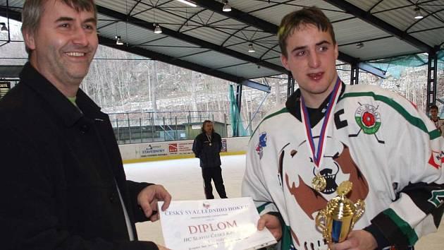 Zlatým juniorům předal medaile za vítězství v krajském přeboru předseda Slavoje Oldřich Svoboda.