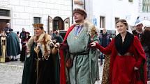 Kostýmovaný historický průvod v Českém Krumlově k ukončení zámecké sezony prošel v sobotu po obědě městem.
