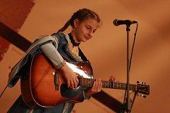 Kamila Máčová vystupuje sólově s kytarou, na klavírních soutěžích i s českokrumlovskou dívčí folkovou kapelou Andromeda.