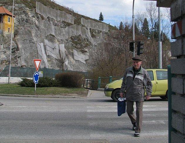 Práce na zabezpečení masivu Pod Kamenem se protáhnou do léta.