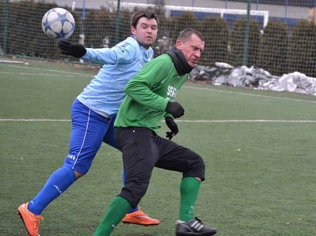 Slavoj Český Krumlov (v zelených dresech) v zimní lize na Hluboké přehrál Protivín 2:0.