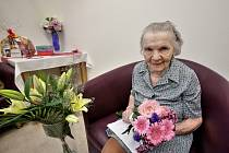 Paní Růžena Paclíková z Křemže je i v požehnaném věku vždy upravená dáma. Blahopřát jí přišla vnoučata i pravnoučata.