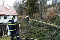 Zásahy frymburských dobrovolných hasičů během pondělí po řádění orkánu Sabina.