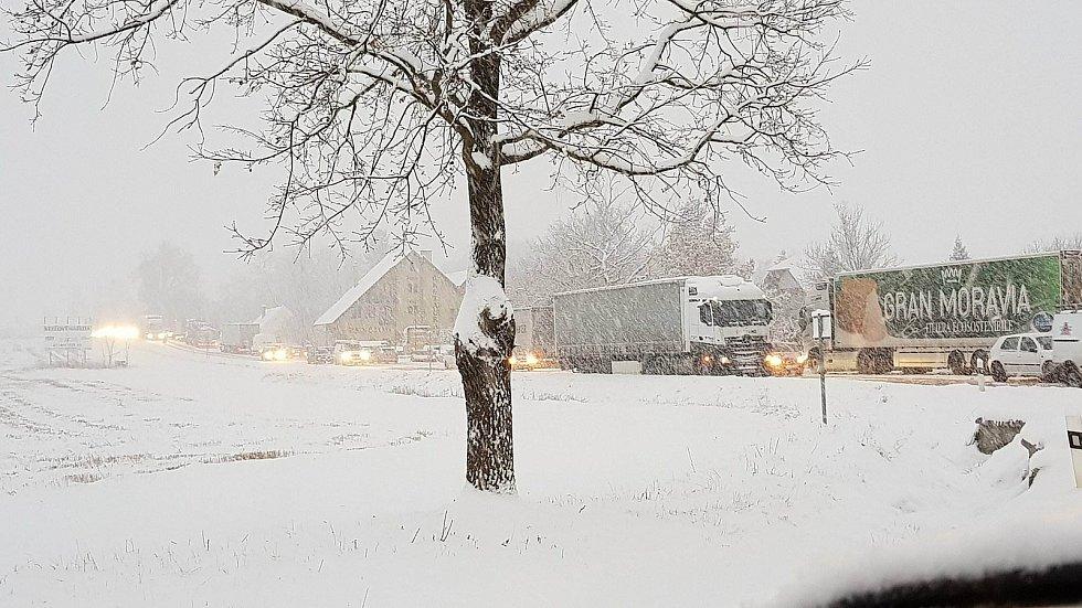 Řidiči dokumentovali ranní situaci na silnicích, největší problémy na Českokrumlovsku byly kvůli uvízlým kamionům na mezinárodní silnici E55 v okolí Velešína a Kaplice.