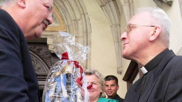 Kopii černé madony dostali včera darem jihočeští věřící.