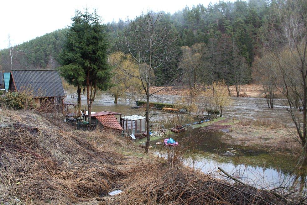 Vltava zaplavila břehy u chatek u Všeměr nad Větřním.