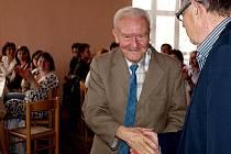 Václav Vopička (uprostřed) na snímku z letošního dubna, kdy si přebíral ocenění za celoživotní pedagogickou činnost.
