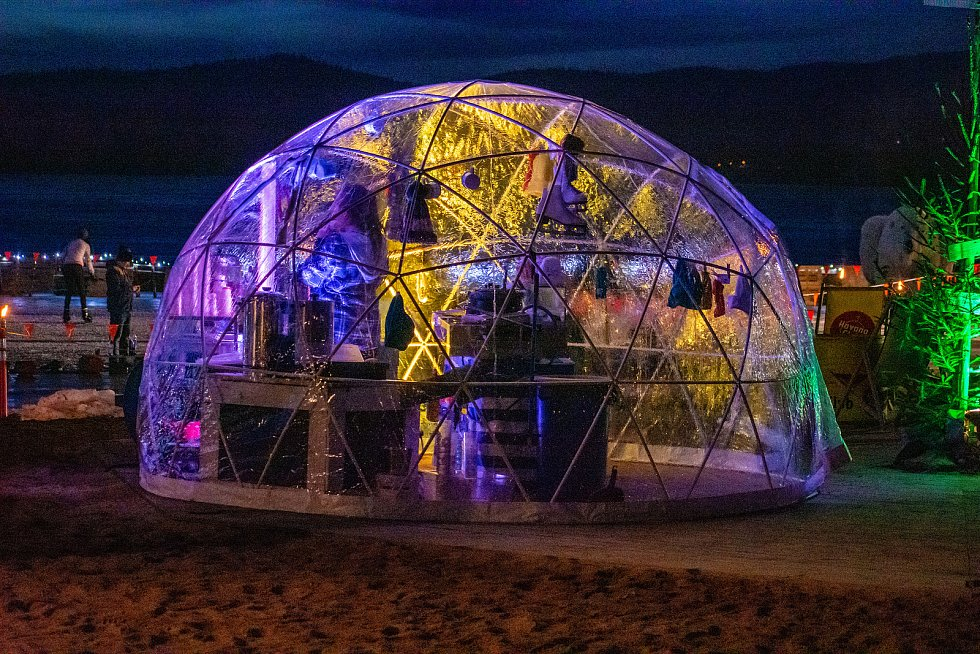 Mráz, hvězdy, stany a ice bar. Taková byla Polární noc na populární lipenské pláži Windy Point.