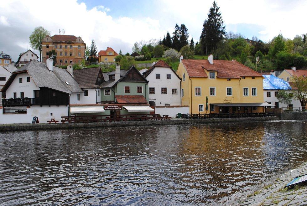 Hospodské zahrádky jsou první den otevřené i v Českém Krumlově. Většina hospod a kaváren ale měla 17. 5. 2021 zavřeno.