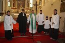 Farář Pavel Šimák uprostřed.