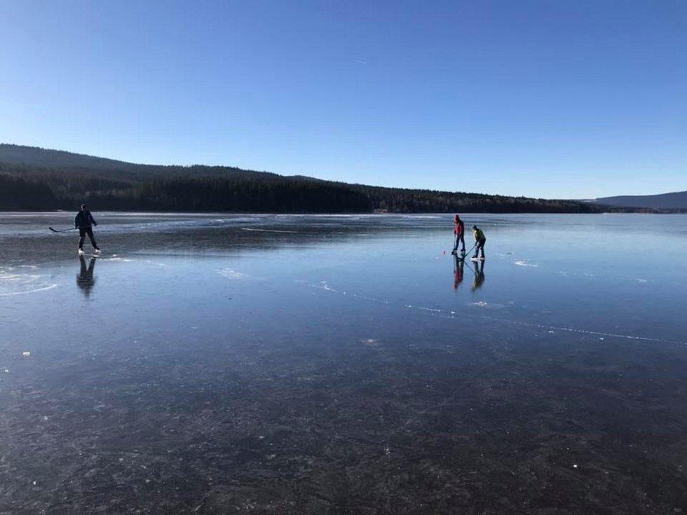 Milovníci dálkového bruslení, vybavení záchrannými pomůckami, na Lipno navzdory nepatrné tloušťce ledu a varování vyrazili.