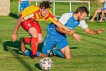 Fotbalisté Frymburku (v modrobílém) v 7. kole I. B třídy doma v okresním derby porazili Chvalšiny 4:0.