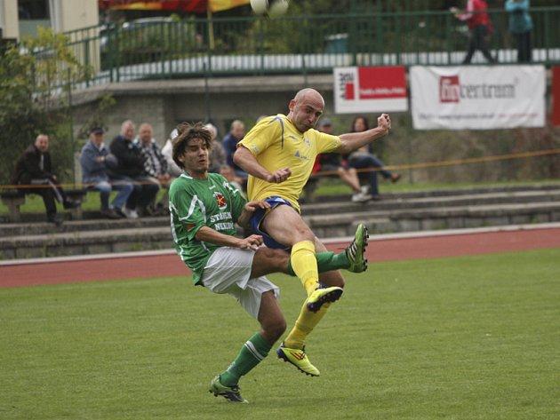 Už po sedmi minutách musel vyběhnout na domácí trávník minule absentující Lukáš Vacek (vlevo, v souboji s Lubošem Braným), který střídal zraněného Jana Pintéra.