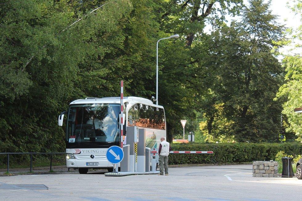 Ještě letos budou bus-stopy s obsluhou, příští rok už bez ní. Ale dispečink po telefonu bude k dispozici non-stop.