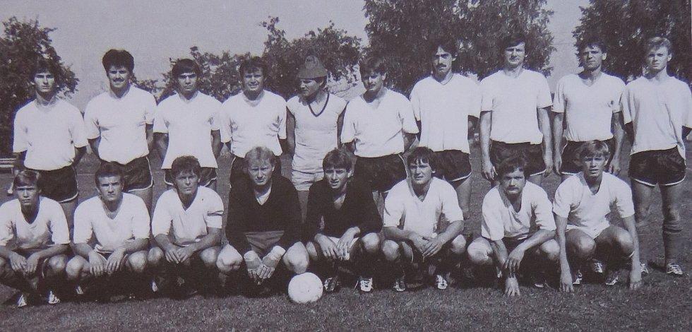 Fotbal v Kaplici píše stoletou historii. Tým mužů na turnaji v Římově v roce 1986.
