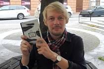 Českobudějovický novinář Jan Štifter se svou třetí knihou Sběratel sněhu.
