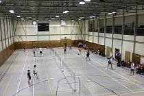 Českokrumlovská městská sportovní hala na Chvalšinské silnici bude od pátku až do neděle hostit mezinárodní badmintonový výkvět kategorie U15.