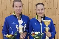 """OPORY ZVOU. """"Přijďte na parádní badminton, nebudete litovat!"""" vzkazují Hana Milisová a Sabina Milová (zleva)."""