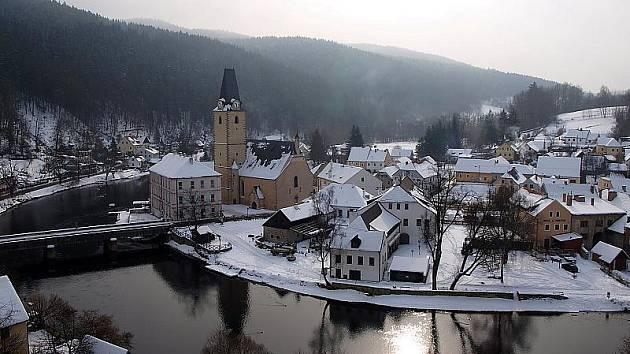 K rožmberskému hradu šplhají tisíce turistů nejen kvůli lákavým prohlídkovým trasám. Vábí je i tento výhled na město, který uchvátí v zimě i v létě.