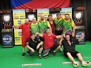 Po finálovém utkání s Lomnicí se krumlovští šipkaři (v zelených dresech) společně se svými soupeři radují z titulu mistrů ČR.