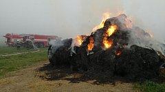 Hasiči zvážili situaci a dohodli se s majitelem, že nechají stoh pod dohledem vyhořet.