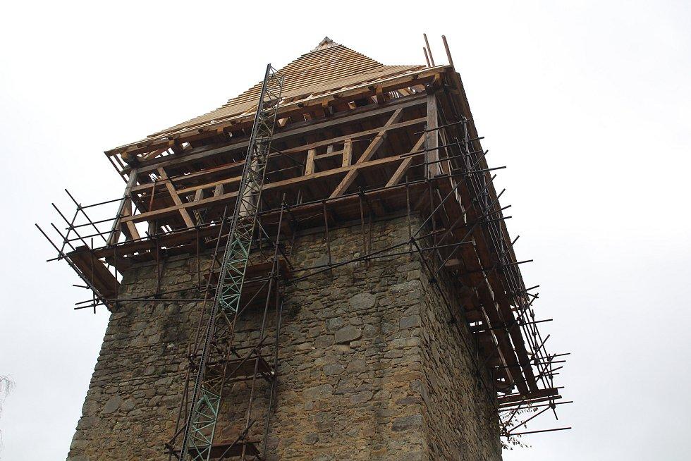 Tvrz Tichá je středem stavebních prací. Během zimy budou práce pokračovat v interiéru.