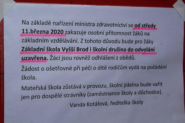 Zástupce ředitelky vyšebrodské základní a mateřské školy Jan Jiřička vylepil krátce po poledni na dveře školy informace ouzavření školy.