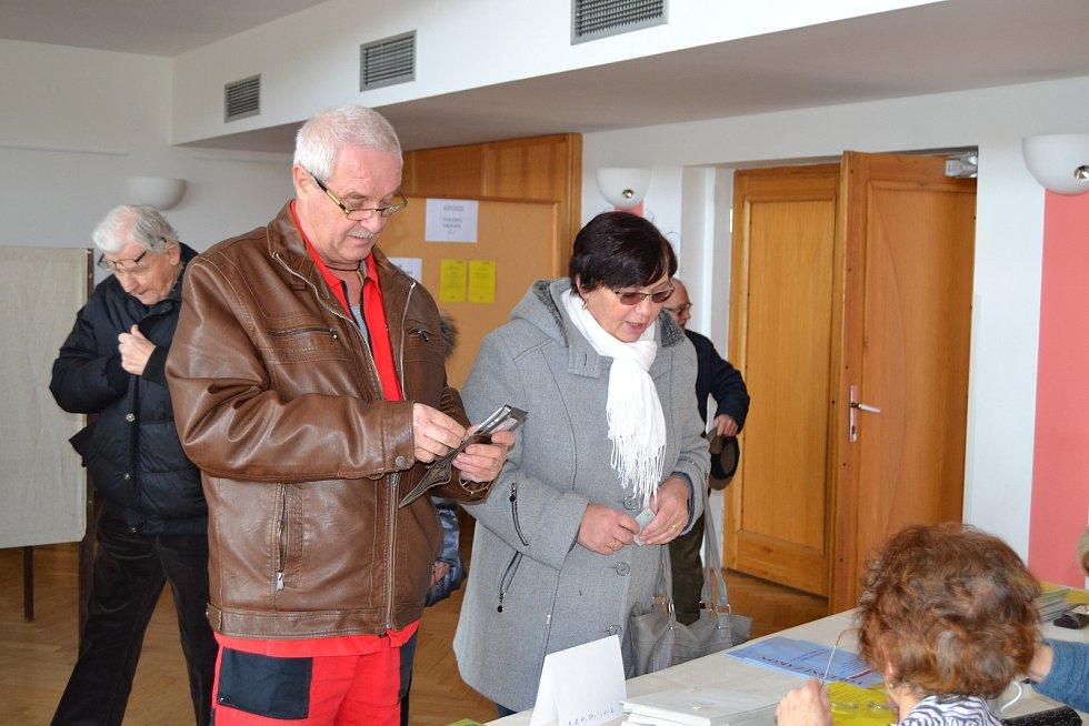 Prvními voliči v křemežské volební místnosti byli manželé Antonín a Alena Haklovi.