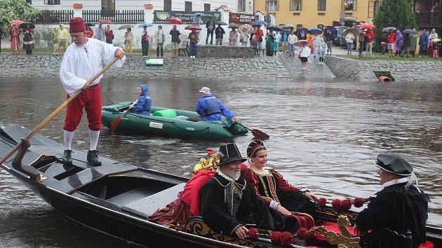 Gondolu i Rožmberky při jejím předání vydatně skrápěl déšť