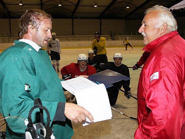 Na jednom z posledních ostrých tréninků měli nový trenér Jan Homolka i dobře naladěný asistent Jiří Kučera (vpravo) při taktické přípravě svým svěřencům určitě co říci.
