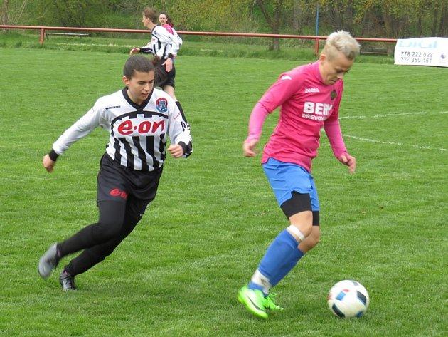 Skóre utkání otevřela hostující Eva Frantová (u míče sledovaná Zuzanou Matouškovou), ale nakonec se z cenné výhry radovaly hráčky kaplického Spartaku.