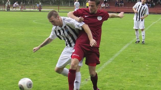 Na polovině hřiště došlo v zajímavé partii i k tomuto střetu dvou bývalých spoluhráčů, a to domácího Josefa Doubravy a exkaplického Jana Koutského (zleva).