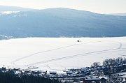 Ledová magistrála mezi Frymburkem a Lipnem bude snad brzy otevřena, zatím tloušťka ledu na hromadné bruslení nestačí.