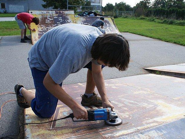 Skejtové hřiště ve Velešíně si vlastními silami  vylepšili členové tamního klubu skateboardingu za finančního přispění města, čili hřiště je udržované.