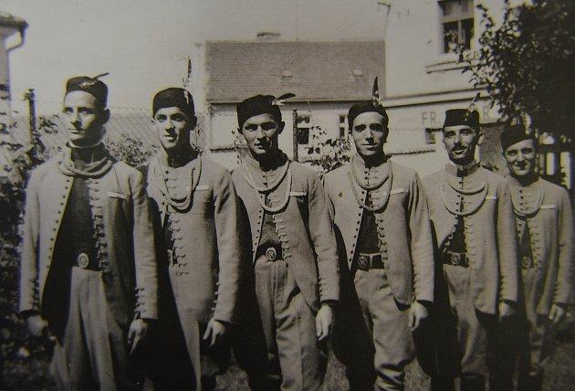 Sokolové z Křemže ve slavnostních stejnokrojích na jednom z posledních předválečných snímků (asi 1939) než Němci spolek zakázali.