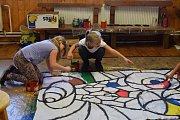 """Malovat na plátno děti učí akademický sochař Petr """"Fíďa"""" Fidrich."""