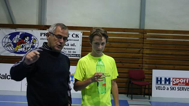 Zakladatel křemežského badmintonového oddílu MUDr. Václav Koudelka (na archivním snímku s odchovancem klubu Petrem Beranem).