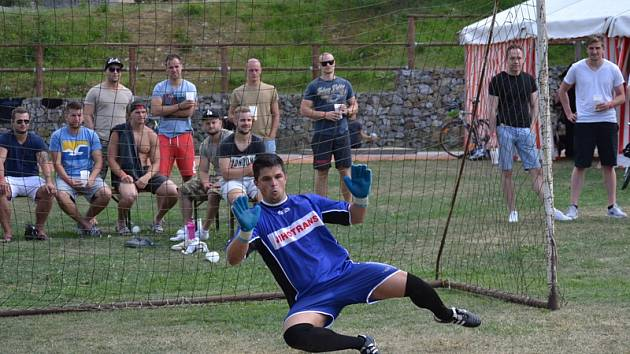 Finálovou partii mezi Kiki týmem a Panda týmem rozhodl až penaltový rozstřel, v němž Radek Linha (na snímku) kryl tři desítky mladíků a katapultoval křemežské matadory až na vrchol Ligy mistrů.