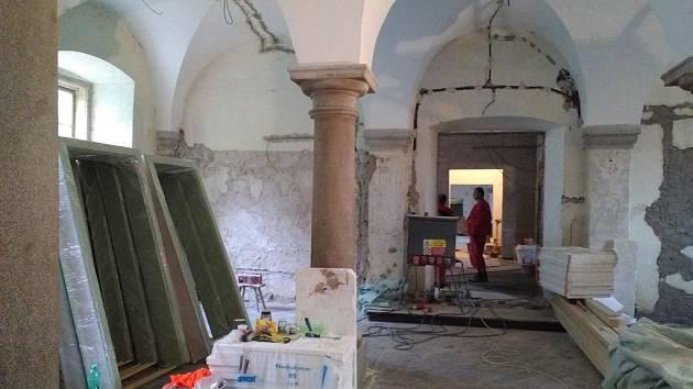 Rekonstrukce bývalé konírny intenzivně pokračuje.