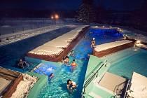 Venkovní vyhřívané bazény.