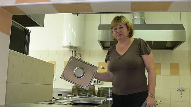 Kvůli finančně náročné rekonstrukci kuchyně jídelny kaplického gymnázia musela na jejím místě vzniknout pouze výdejna. Jídlo se vaří ve Slovanském domě o kus dál. Na snímku ředitelka gymnázia Marta Caisová.