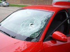 Rozbité sklo na autě.