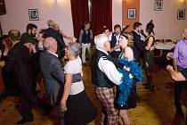Na programu městského plesu byly výuka charlestonu, kankán i dobová módní přehlídka.