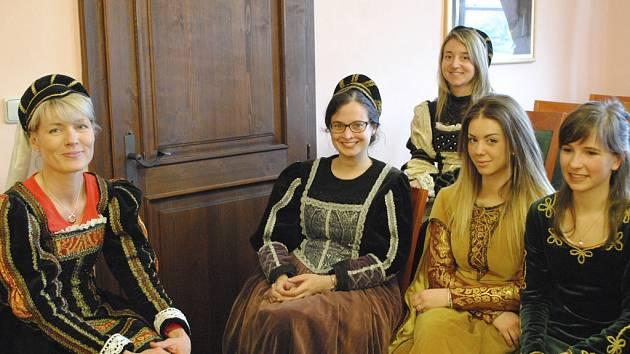Studenti z Itálie se, se svými kolegy, českokrumlovskými gymnazisty, učili renesanční tance.