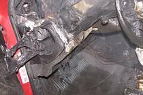 Proč auto začalo hořet, zjišťuje vyšetřovatel hasičů.