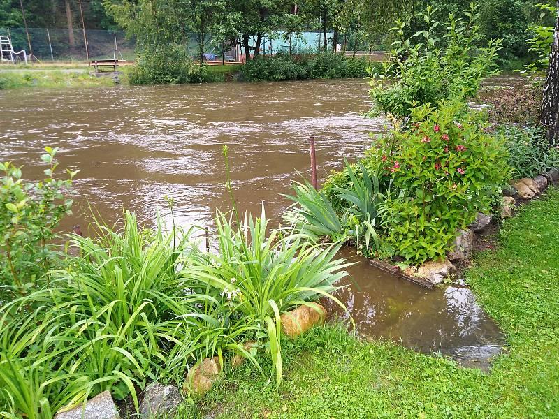 Malše a Černá v červnu 2020  vystoupaly na druhý povodňový stupeň, velké škody ale nenapáchaly. Na snímku Malše v Kaplici.