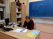 Filip Putschögl v 7. krumlovském okrsku v závěru prvního dne prezidentských voleb počítá dosavadní účast.