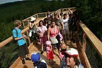 Mezi prvními, kdo se v úterý po stezce v korunách stromů nad lipenským jezerem prošli, byly děti z hornoplánského dětského domova.
