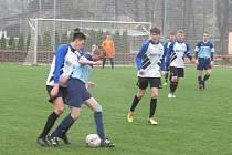 I.A třída dorostu – 13. kolo: FK Spartak Kaplice / FK Dynamo Vyšší Brod (bílomodré dresy) – TJ Hluboká 3:0 (2:0).
